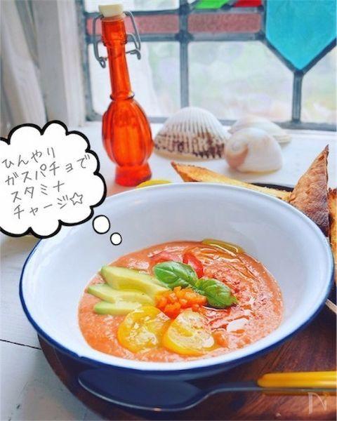 簡単美味しい    夏のスタミナスープ!    ガスパチョにカラフル野菜をゴロゴロのっけて、    一皿で元気満点チャージ完了です!