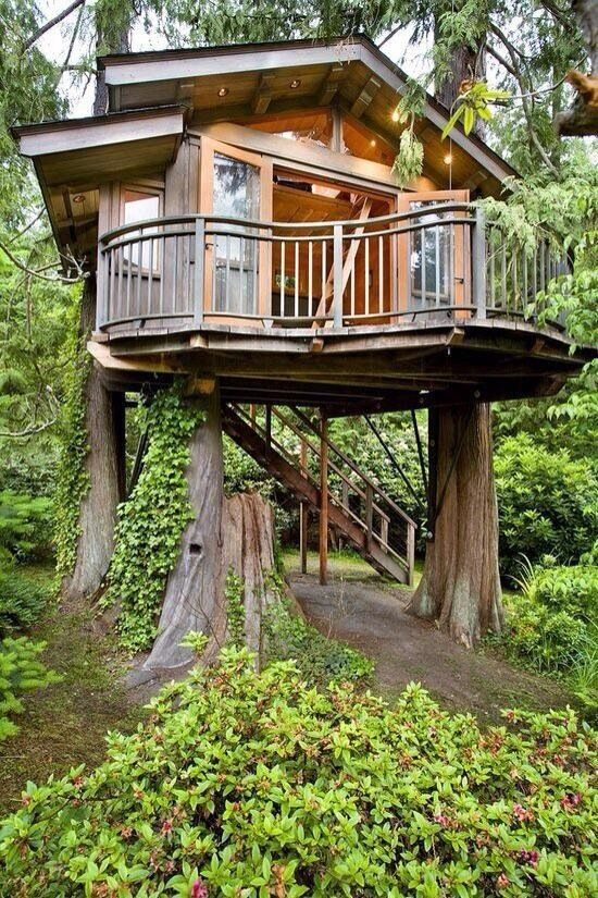 now that's a tree house. love it. so want one!