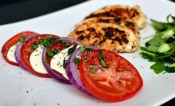 Ovnsbakt epleform og kylling med mozzarella og tomat (Bakekona)