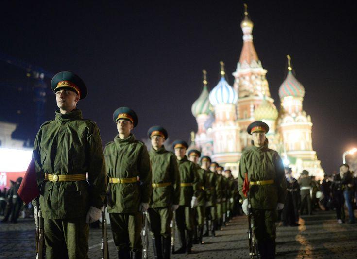 Les militaires russes sur la place Rouge pendant la répétition du défilé militaire du 9 mai