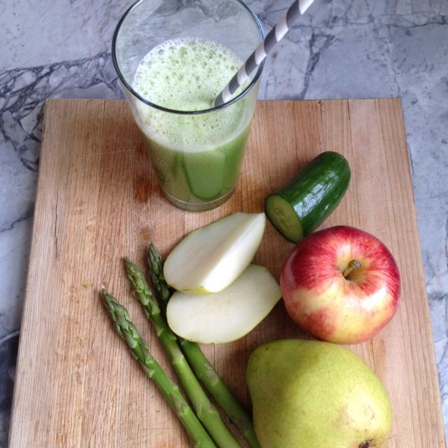 An apple, pear, cucumber and asparagus juice. Surprising very good! #juice #juicefast #juicing #cleanse #veggies #organic