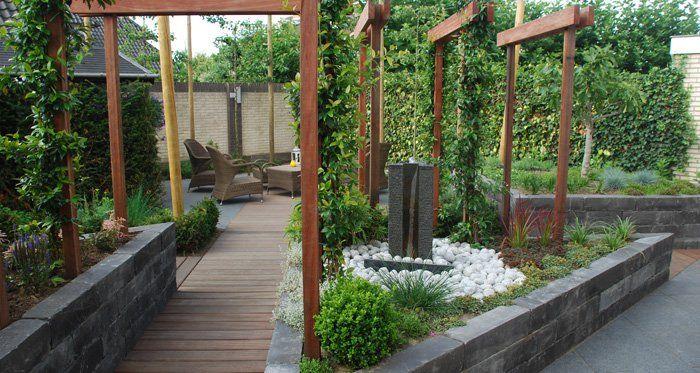 In een intieme tuin creëer ik graag hoekjes, waarin men zich kan terugtrekken. Privacy en intimiteit staan centraal. Hiervoor werk ik met hoger groen, wat grotere beplanting, soms met strakke hagen. Zo'n knusse tuin kunnen we al op een vrij kleine oppervlakte realiseren.
