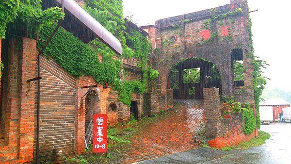 """終末オトナ遠足さんのツイート: """"みんなの遠足ログ♫ 徳島県のサグラダファミリアこと【喫茶・大菩薩峠】1966年着工、たった1人で40年もの歳月をかけて造られており、しかもまだ建築途中。レンガの赤と蔦の緑のコントラストが美しい。 投稿者:J U L I U S https://t.co/5zs8qFMP6w"""""""