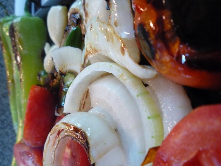Para la salsa de verdad! asados en comal, jitomates, chiles, cebolla, ajo y al molcajete!