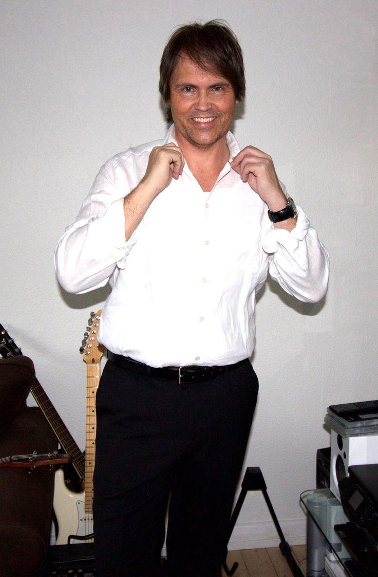 Lars Sjøstrøm Nielsen. Sorte bukser og hvid skjorte.