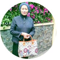 Farida Noor Fanany, founder of Djokdja Batik & Handicraft, a fun loving housewive who loves gardening and reading, as featured on TumbuSapa profile.