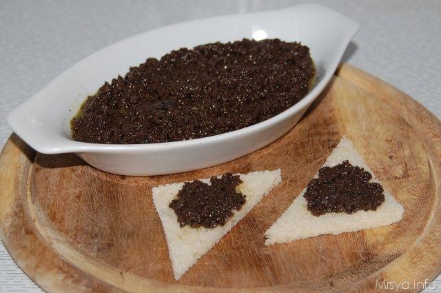 Il patè di olive nere è una crema che di solito si utilizza spalmata su bruschette e tartine oppure aggiunta a cucchiaiate per dare un tocco in