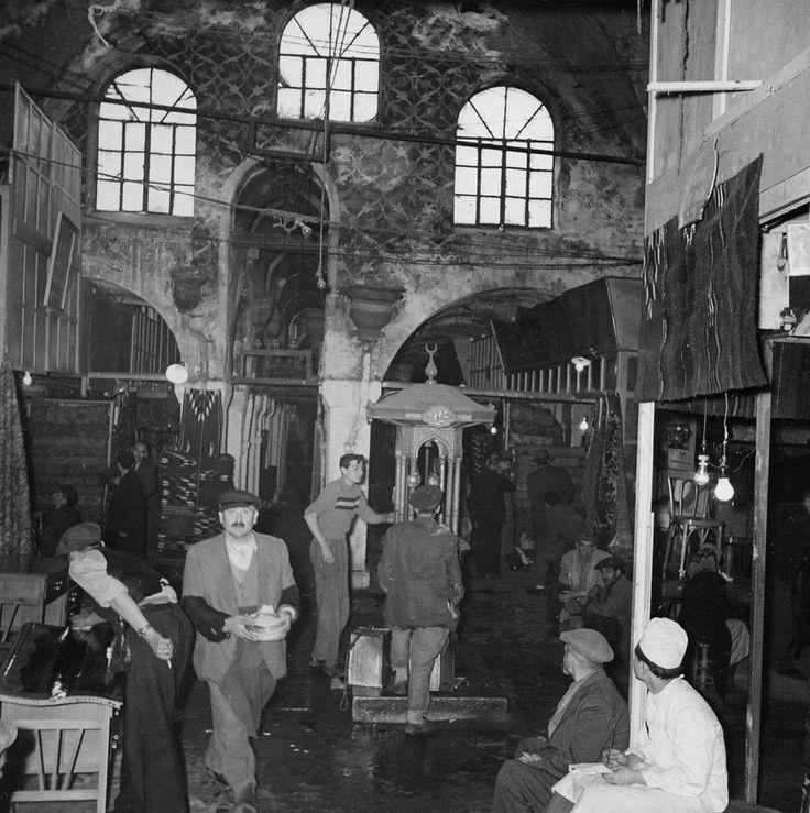 Kapalıçarşı - The Grand Bazaar - in Istanbul is one of the largest and oldest covered markets in the world 550 years old, with 61 covered streets and over 3,000 shops which attract between 250,000 and 400,000 visitors daily___ Günümüzde inşa edilen AVM'lerin bir bölümü çeşitli yanlış seçimlerden ötürü fonksiyonunu yitirirken, 550 yıllık Kapalıçarşı bir günde yaklaşık yarım milyon ziyaretçiyi ağırlıyor.