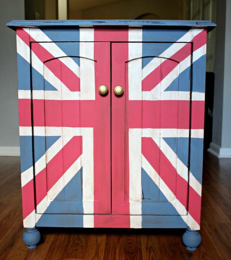 TaylorMade uses Martha Stewart to create this Union Jack End Table #marthastewart #marthastewartcrafts