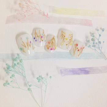 貝殻のかけらを花に見立て、ワイヤーで茎を表現したもの。あどけない風合いで、大人可愛い仕上がりに。