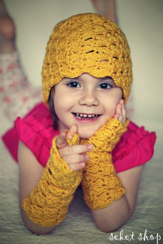 Crochet elegant set. Hat and gloves. Pretty baby design.