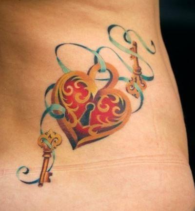 Foto tatuaggio colorato lucchetto con cuore con chiavi