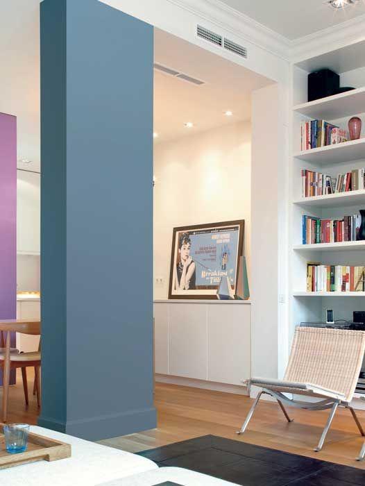 Per spezzare un ambiente della casa si può intervenire su elementi in muratura che rompono la linearità, sottolineandoli con una tinta che s...