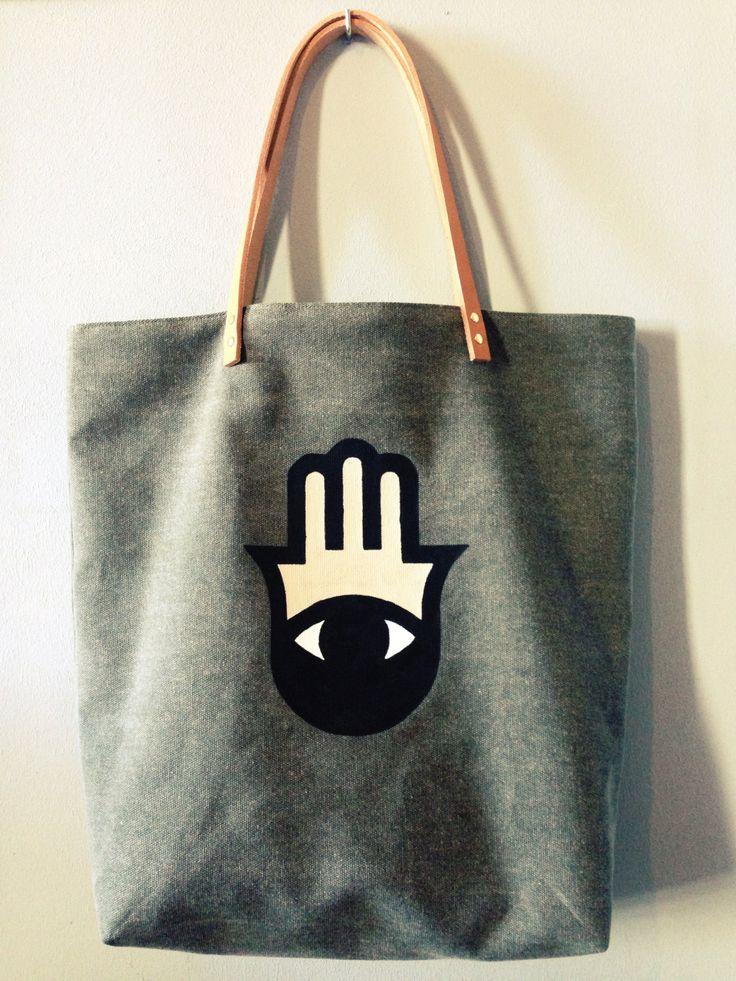 Sac cabas en pur lin kaki, motif main de Fatma peint à la main coloris noir, beige et blanc. #totebag