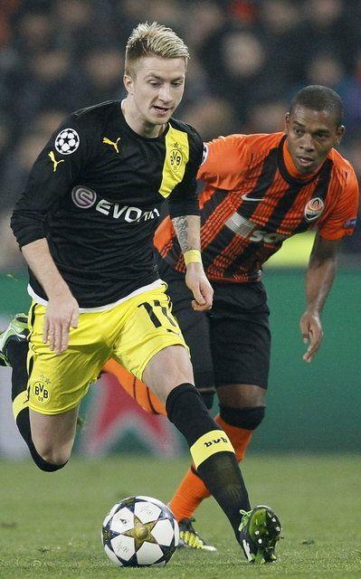 Marco Reus del Borussia Dortmund lucha por el balón con Fernandinho