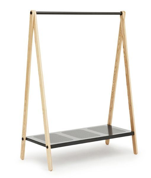 Un armario fuera del armario para almacenar, colgar, apilar... Así define el diseñador danésSimon Legald su perchero Toj, realizado para la firma Normann