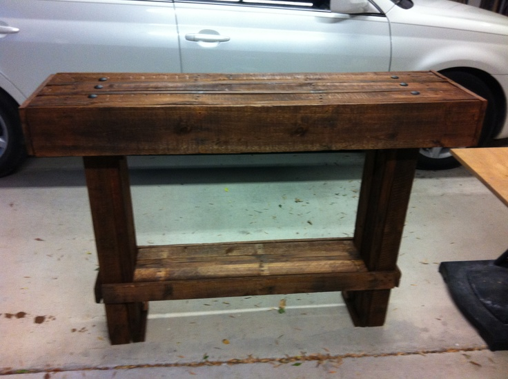 Marvelous DIY Foyer Table Made Of Pallet Wood.