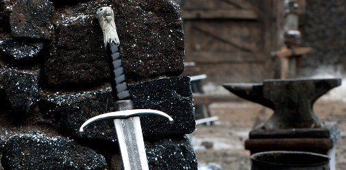 #1 Garra (Longclaw) Tipo: Espada bastarda (solo el filo tiene acero valyrio). Al principio tenia una cabeza de oso como remate de su empuñadura, pero cuando paso a manos de Jon Nieve esta se cambio por una cabeza de lobo blanco. Propietario: Todos los señores de la Casa Mormont. Jeor Mormont se la dio a …