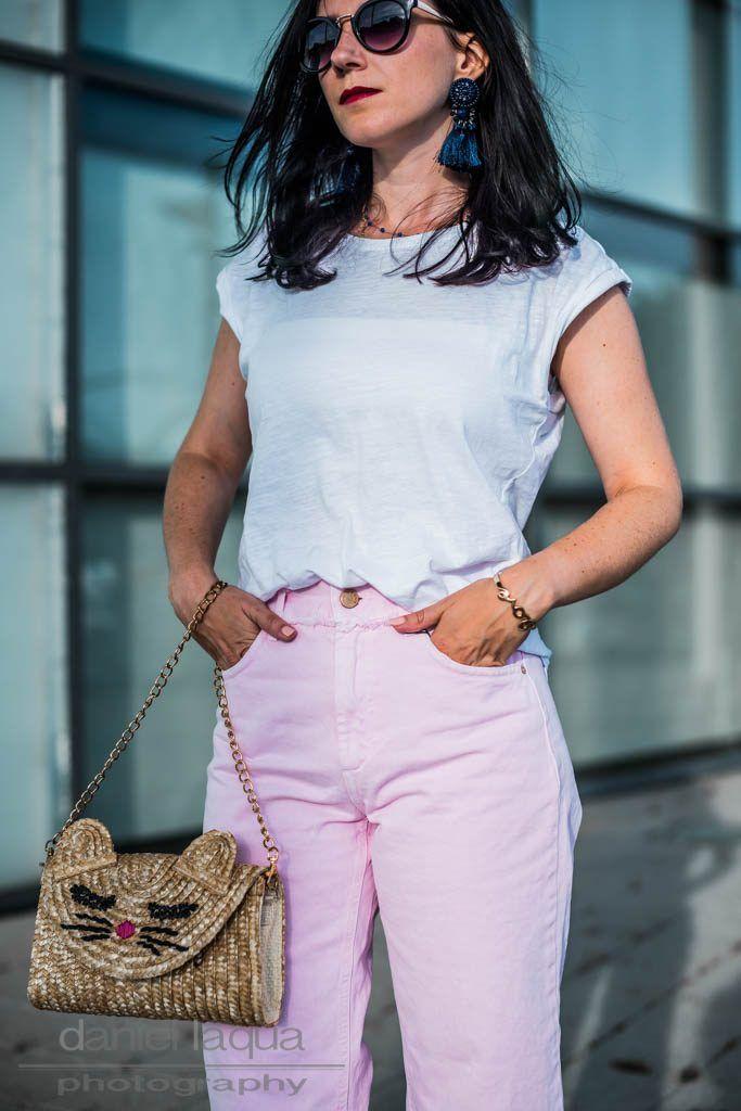 Outfit mit cropped Jeans und weißem Shirt kombiniert mit Tasche aus Stroh und Tassel Ohrringen | Ootd fashion fashionblogger | https://juliesdresscode.de