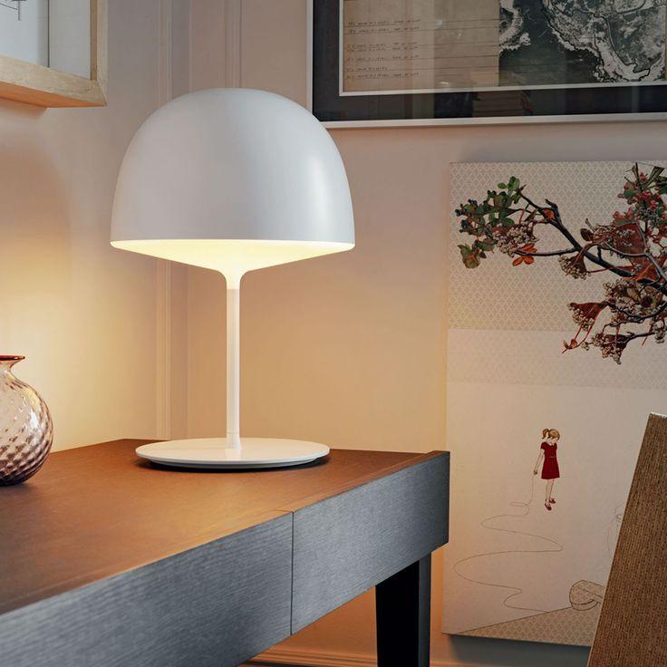Cheshire, bordslampa designad av GamFratesi för Fontana Arte. Cheshire ekar av nordiska intryck med sin enkla design och funktionella aspekter. Lampan sprider ett mjukt och behagligt ljus som ger värme till det rum den placeras i.