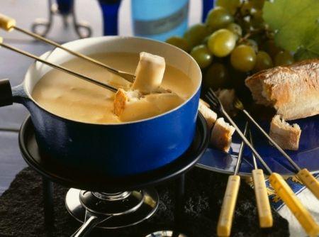 Fondue de Queijo Baratinho - Veja como fazer em: http://cybercook.com.br/receita-de-fondue-de-queijo-baratinho-r-10-20117.html?pinterest-rec