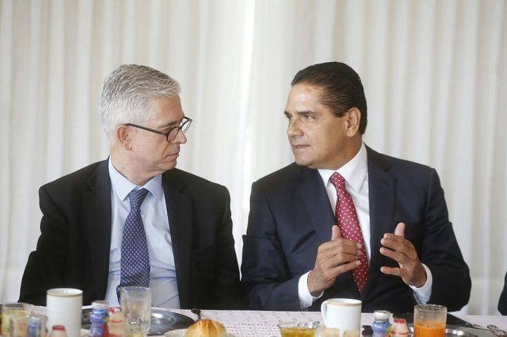 El gobernador de Michoacán recibió esta mañana al ex director del diario español El País, Javier Morena, con quien dialogó en torno al cambio de régimen que requiere México para ...