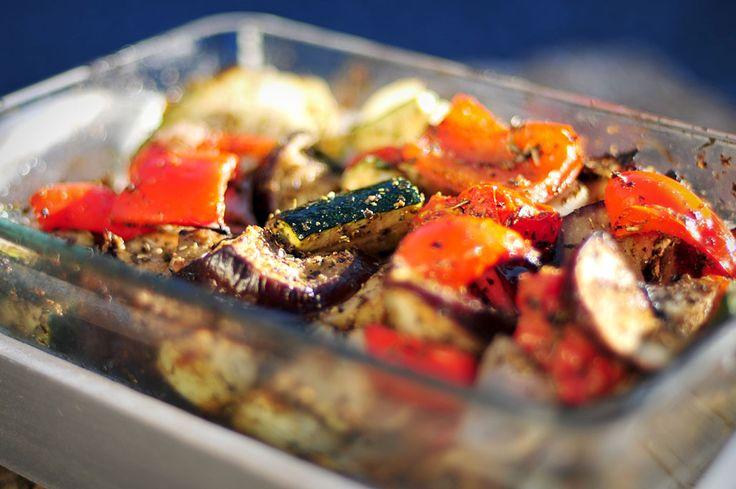 Vegetarische schotel van gegrilde groente uit de oven, dat klinkt gezond! En dat is het ook. Met de gegrilde groente kan je eindeloos variëren.