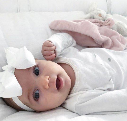 Ristiäisiin tai syntymäpäiville sopiva ihana valkoinen rusettipanta kruunaa vauvan asun!