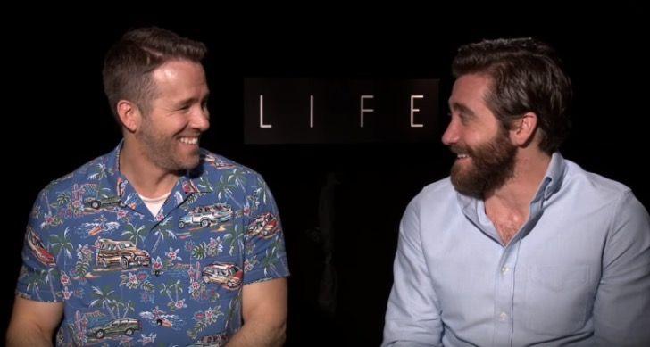 Ryan Reynolds intenta besar a Jake Gyllenhaal en entrevista. Casi lo hizo caerse de la silla