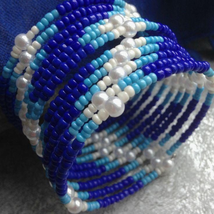 Námořník - náramek Náramek z paměťového drátu  tmavě modrý, světle modrýabílý rokajl a voskované korálky 11 otoček, průměr 6 cm, šířka 4cm Vhodný k náhrdelníku a náušnicím