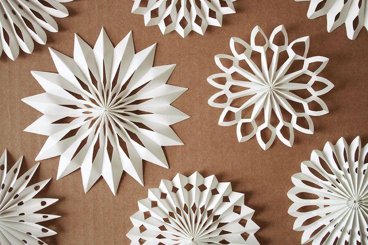Material: · weißes Papier · Klebstoff · weißen Bindfaden/Zwirn · Schere, dicke Nadel oder Lochzange (1) Papierstreifen zuschneiden – 42 cm x 5 cm. (2) Papier zu einer 1 cm breiten Ziehharmonika fa…