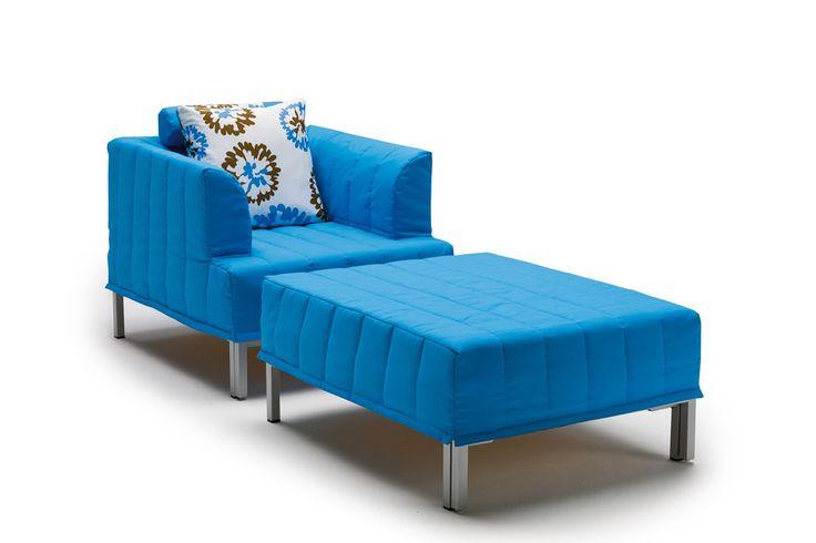 Chick Sessel - Chick ist eine Lösung für den unerwarteten Besuch: Der Sessel mit abnehmbaren Kissen, bezogen mit Stoff nach Wahl, verbirgt ein Bett mit einfacher frontaler Öffnung. Die Faltung der aus Polyurethan-Schaum gefertigten Matratze verhindert das Sitzen auf der Matratzen-Oberseite.