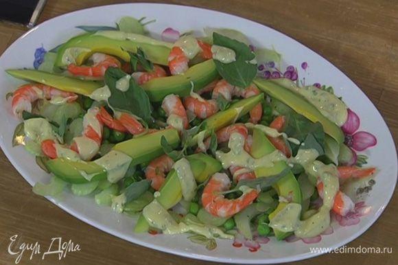 Салат из креветок, авокадо и зеленого горошка под мятным майонезом
