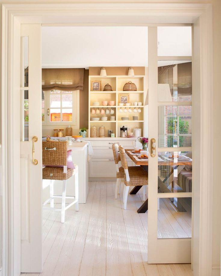 Cocina y office vistos desde puertas correderas acristaladas. Suelo de madera pintado de blanco (00427762)