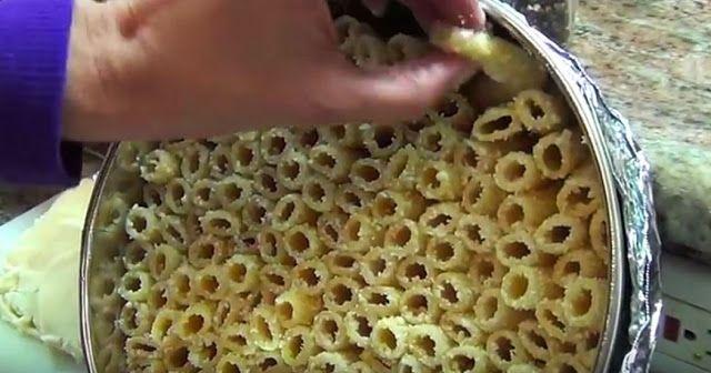 Τοποθετεί έτσι τα ζυμαρικά σε μια κατσαρόλα. Το αποτέλεσμα; Θα σας κάνει να το δοκιμάσετε! - SpotTheDot