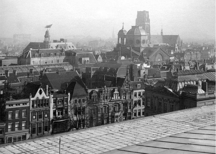 Panorama vanaf de oude Bijenkorf voor 1940. We zien onder andere de Laurenskerk met daarvoor de Sint Dominicuskerk oftewel de Steigerse kerk aan het Steiger.   De foto komt van het NAi