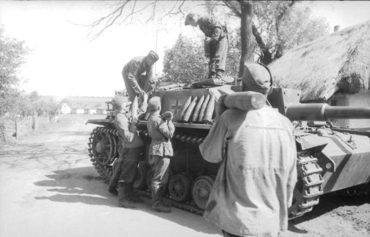 Sowjetunion.- Soldaten beim Beladen eines Sturmgeschützes III mit Munition; PK 694 23 September 1943 Photographer Harschneck