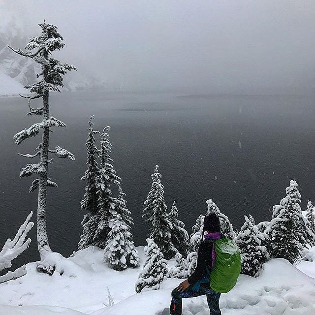It's our favourite time of year for frolicking in the mountains. With the right gear, hiking in the snow can be so much fun.  Here's a shot from our ambassador, @hawaiian_grl_pnw
