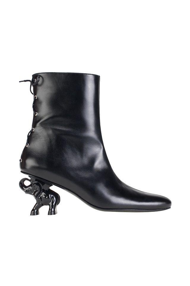 """<p style=""""text-align: justify;""""> Кожаные ботильоны, украшенные каблуком в виде слона, отлично подойдут как для повседневности, так и для особого случая. Носите это обувное произведение искусства в сочетании с<a href=""""https://www.km20.ru/catalog/women/trousers/"""">простыми брюками</a>или<a href=""""https://www.km20.ru/catalog/women&#..."""