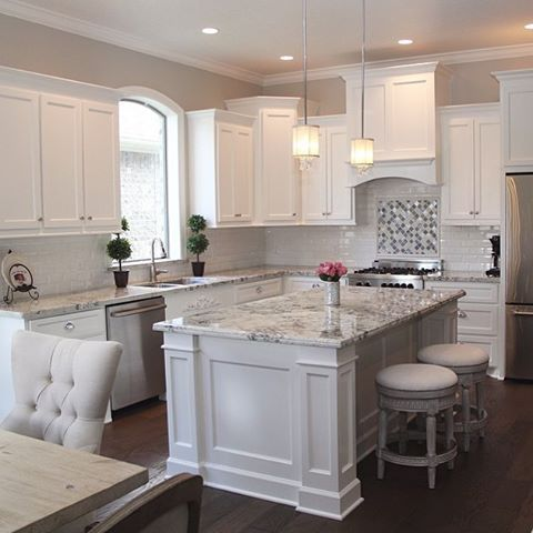 We just can't get enough of this stunning kitchen designed by @tricialyn17