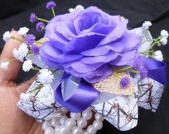 Púrpura blanco pulsera ramillete, personalizable, de seda flor ramillete, país, rústico, acento camo, bebé de aliento, corsage de baile