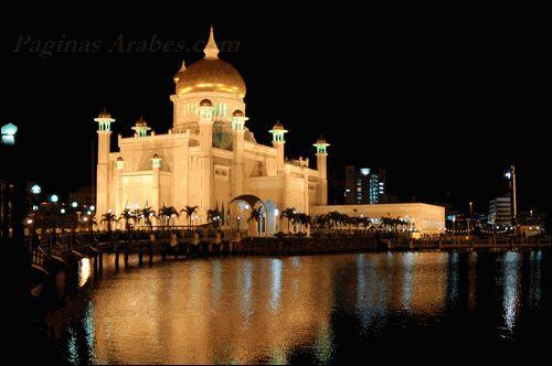 Mezquita de Omar 'Ali Saifuddien en Brunei (noche)