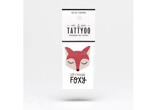 """Tattyoo édite des tatouages éphémères pour adultes et enfants,conçus avec amour en Suisseet imprimés avec les normes de sécurité les plus élevées aux États-Unis.   Michelle Carlslund est une jeune illustratrice etdesignerbasée à Copenhague.Tatouage """"so fucking foxy"""" avec une tête de renard."""