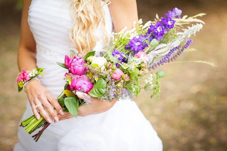 Svadobná kytica & Symbol nevestinej duše Ruže, frézie, orchidey, hortenzie, kaly či kamilky… Každá je výnimočná. Vyjadruje nevestin vkus, štýl a dušu. Spomedzi všetkých kytíc aké mala, práve na túto jednu jedinú žena nikdy nezabudne.