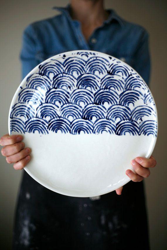Plaque blanche et bleue pour sushi, gâteau, fromage, tarte aux pommes...  Porcelaine hauteur: env. 0,5 po diamètre: env. 12** micro-ondes, four et lave-vaisselle, bien quun lavage à la main douce serait plus approprié.  * Le modèle peut être légèrement différent de limage.  Transport Canada: env. 12 business Day aux États-Unis: env. 15 entreprise jours régulier international: 4 à 10 semaines Everywere Else : poste aérienne internationale: environ 6 à 12 jours *** frais supplémentaires…