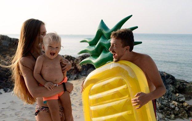 Семейная фотосессия на пляже. Идеи съемок на пляже. Матрас-ананас!