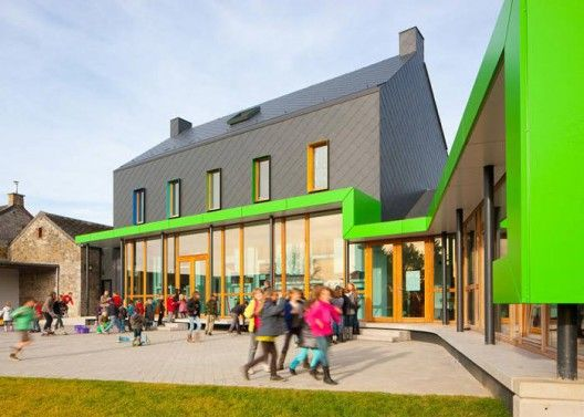 The existing school is located along the main road in the heart of a Belgian village called Barvaux-Condroz, The school is in direct dialogue with the church. It has a widely open view at the back and an open area on the east side of the plot.