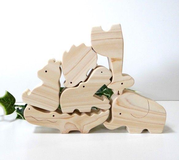 【お知らせ】ご覧いただきありがとうございます(*^_^*)こちらの商品は、ただいま受注生産で承っております。ご入金後10日以内の発送とさせていただきますので、何卒ご了承くださいませ。発売以来、当店で人気No. 1の「動物の積み木」♪ お片づけ用の箱をつけてほしい、というご要望にお応えして、オリジナル木箱をセットしました。 軽くて上品な質感のファルカタ材のBOXに、作品のロゴをレーザー刻印しました。 上手に組み合わせると積み木がちょうど収まるので、パズル感覚で楽しくお片づけができます(*^_^*) お洒落な木箱はインテリアの邪魔にもならず、そのままさりげなく置いておいても大丈夫。 ご贈答にも最適です。お誕生祝いやご出産祝いにいかがでしょうか(*^_^*)<サイズ> 木箱外寸:縦16.8㎝、横16.8㎝、高さ3.5㎝