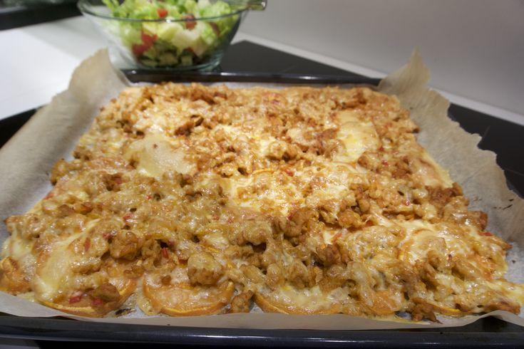 """Sunnere enn """"orginalen"""", god og perfekt til helgekosen! Søtpotet nachos! Har vært laget med bønner, karbonadedeig og nå med kyllingkjøttdeig - like godt hver gang! Akkurat som nachos, samme fremgangsmåte, men med søtpotet i stedet for chips♥ Til en langpanne trenger du: To søtpoteter Kyllingkjøt"""