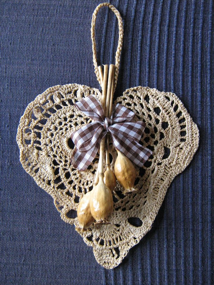Srdíčko háčkované béžové s makovičkami - dekorace k zavěšení
